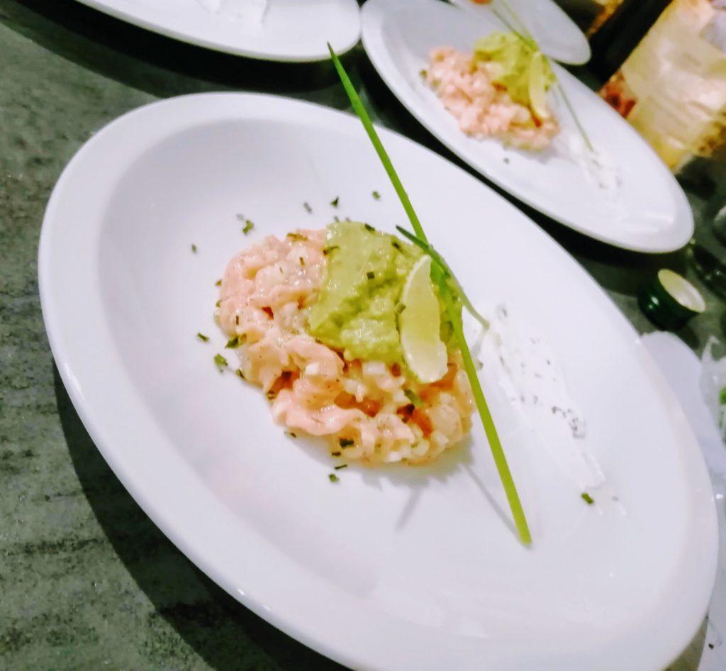 proposition de présentation du carpaccio de saumon sur une assiette