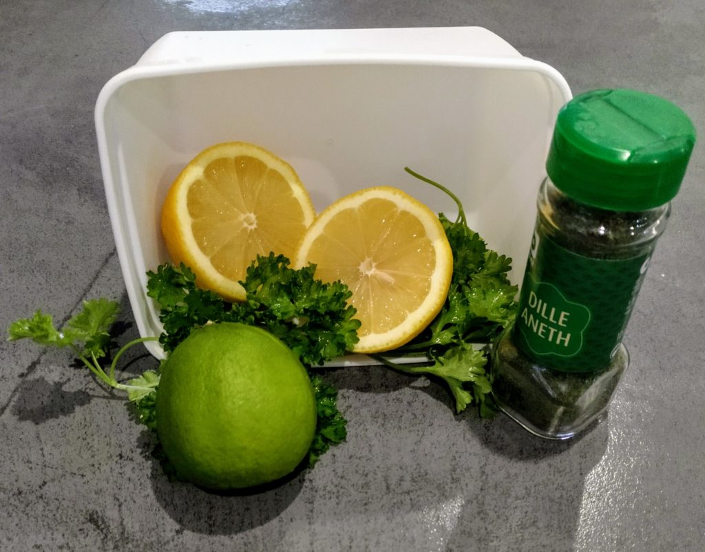 citrons jaunes, citron vert, aneth en présentation